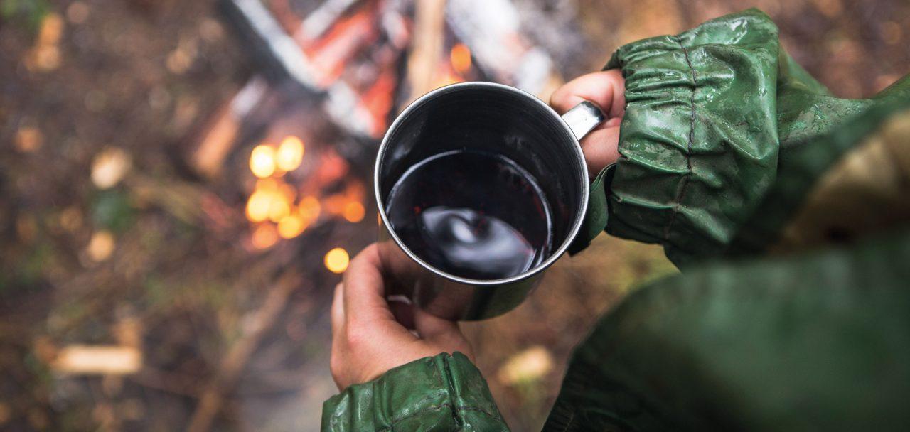 En kopp kaffe i naturen